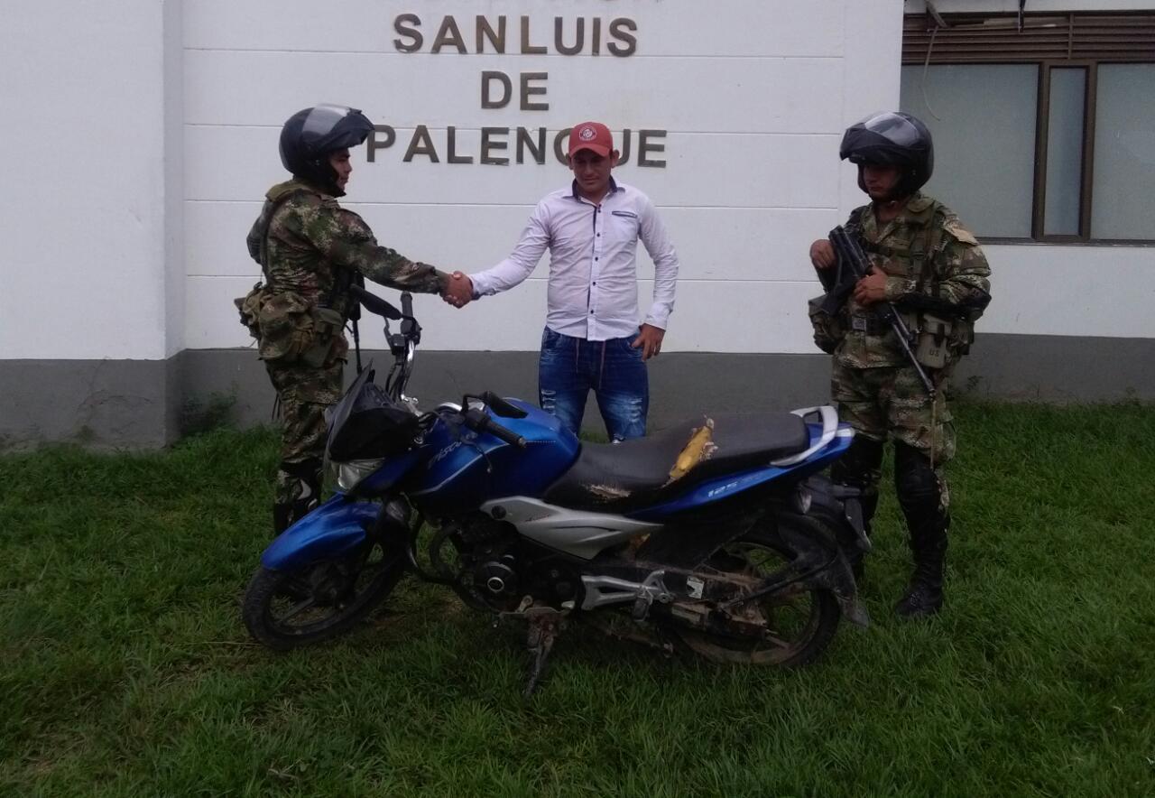 Ejercito entrega a su propietario motocicleta recuperada de delincuentes.