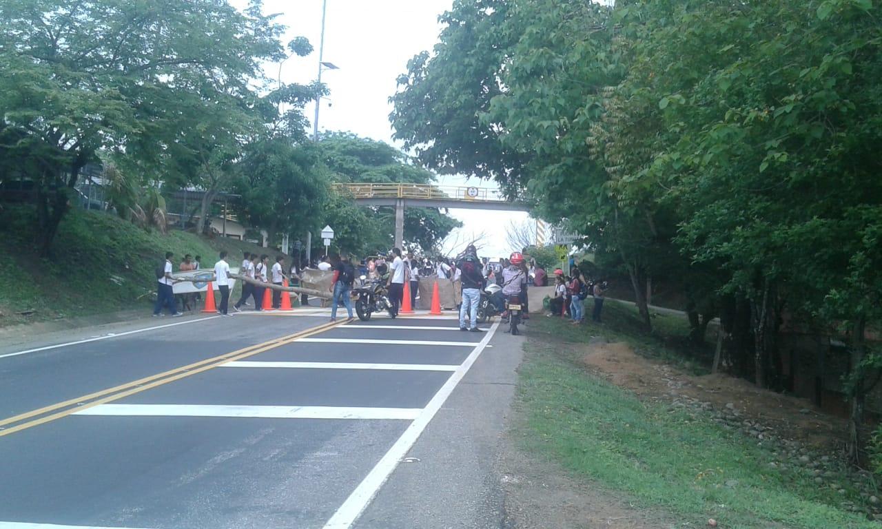 Cierre total de la vía por bloqueo de estudiantes institución educativa la Turua en Tauramena