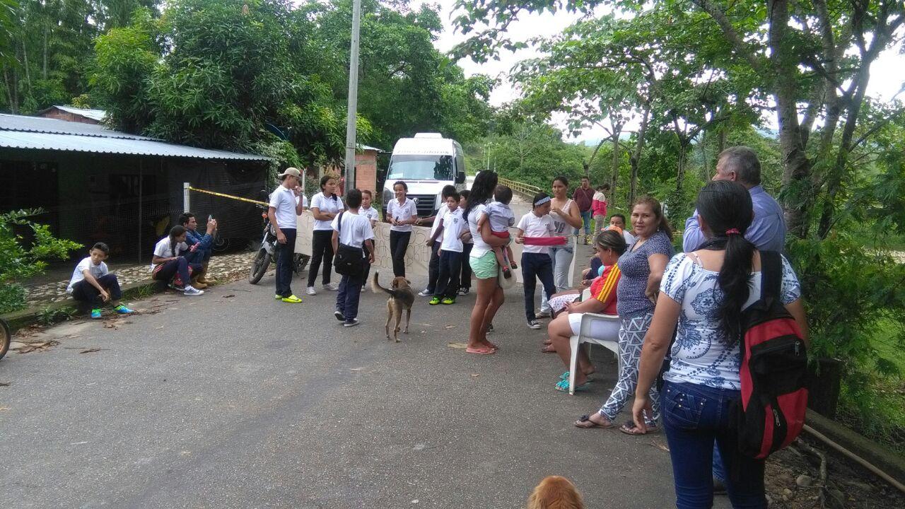 Cerrada via Yopal Villavicencio por bloqueo de estudiantes de la vereda Upamena