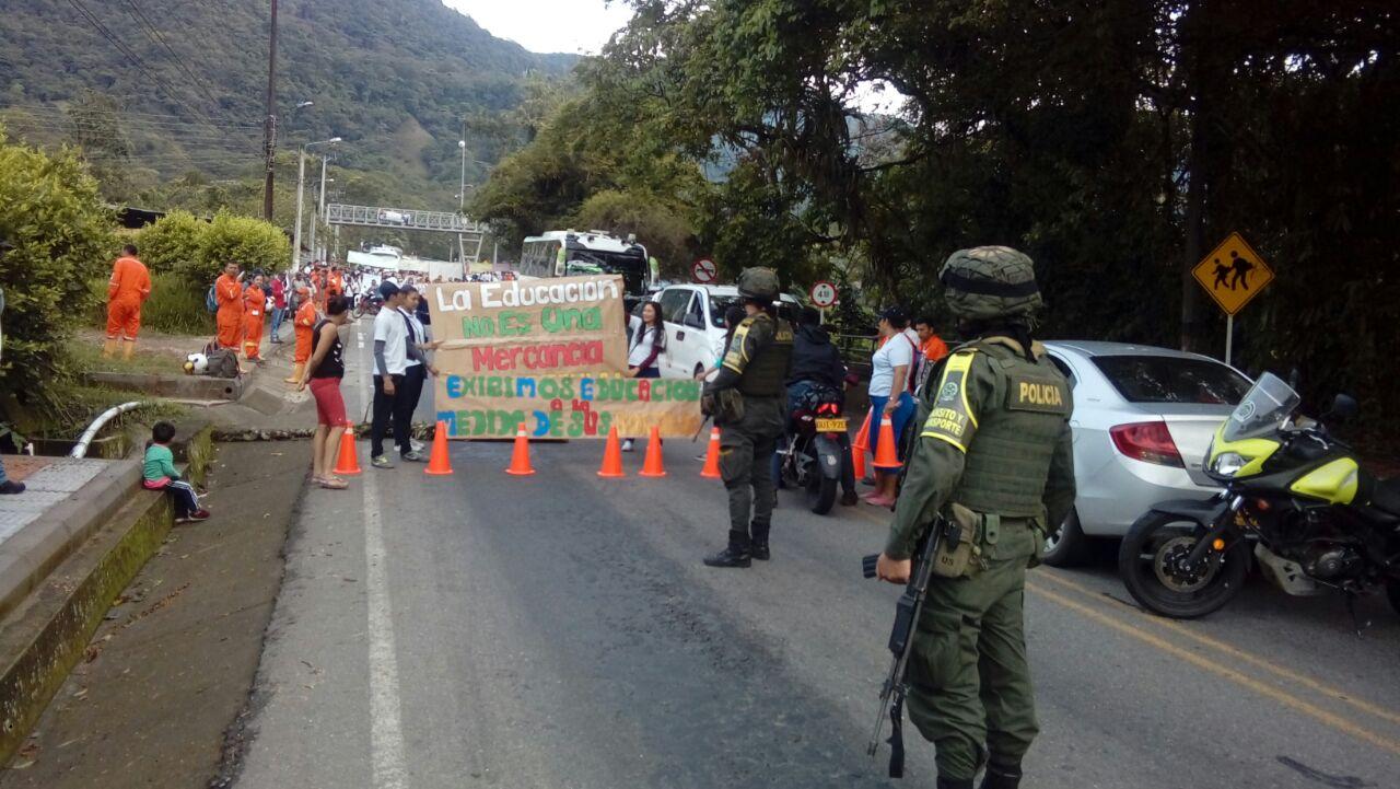 Cierre total de la vía del Cusiana por bloqueo de estudiantes institución educativa león de Greiff de Monterralo