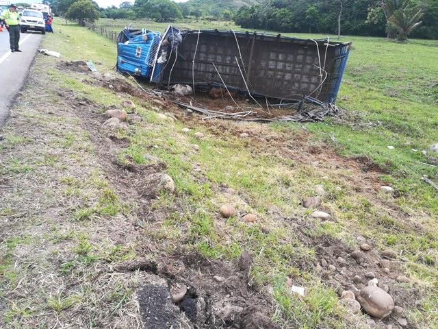 Accidente deja un tracto camión que presenta volcamiento en vía Monterrey Tauramena