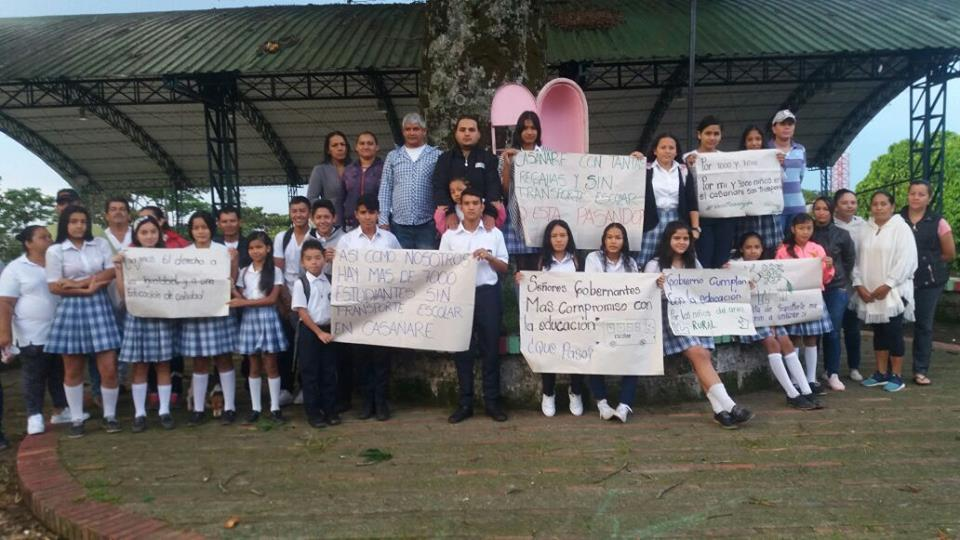 Niños y jóvenes de colegio de vereda El  Porvenir  protestan por falta de transporte escolar en Monterrey.
