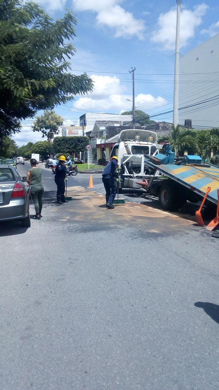 Bomberos Yopal atiende caso de derrame de líquido hidráulico