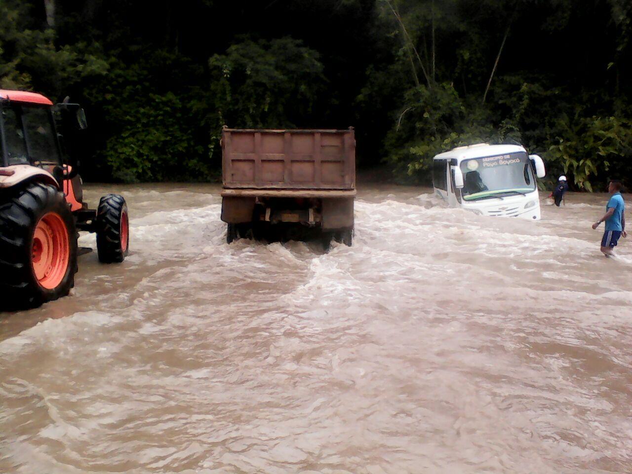 Rescatan buseta con estudiantes de Paya en quebrada  La Niscota