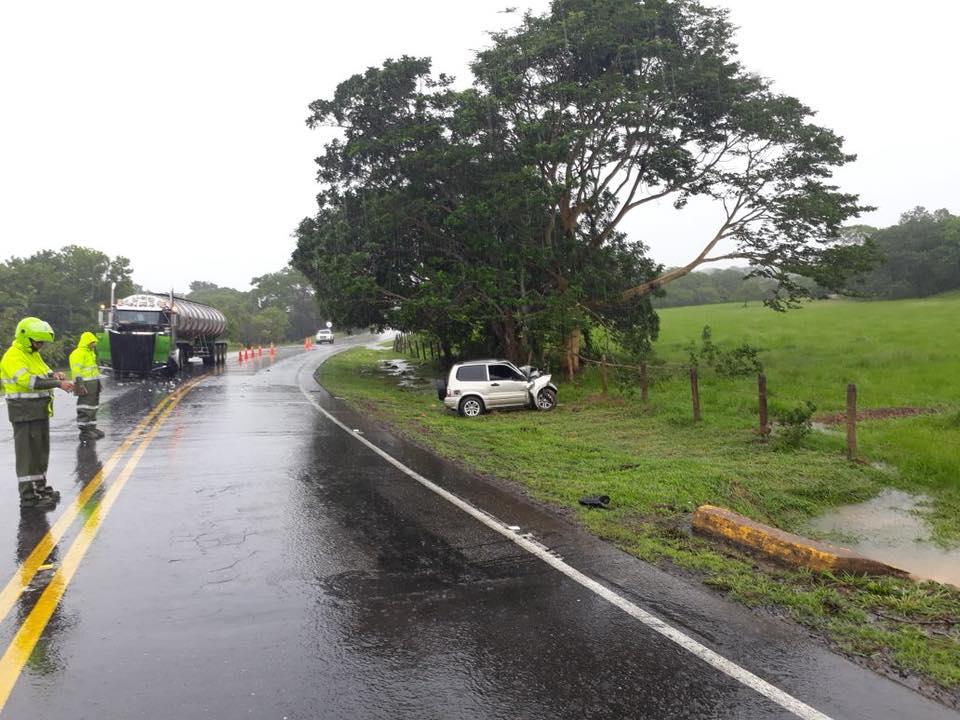 Muere una persona en choque de  tracto camión cargado de crudo y un automóvil en vía Monterrey Yopal