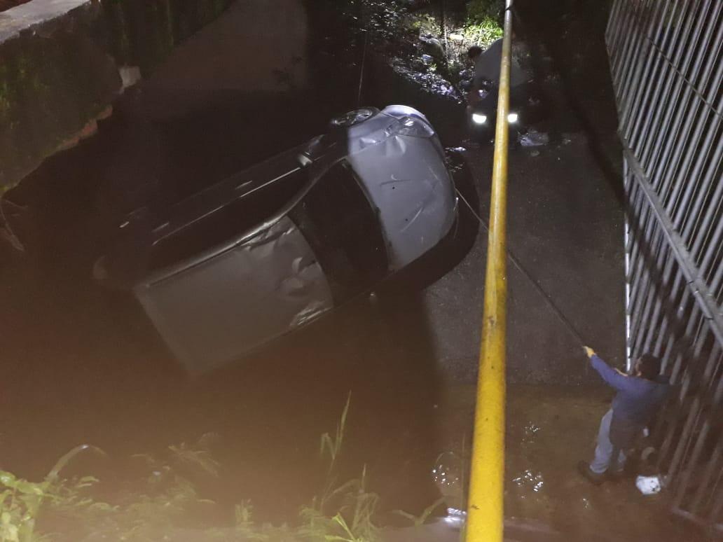 Cayó vehículo Sandero a caño del Aeropuerto de Yopal