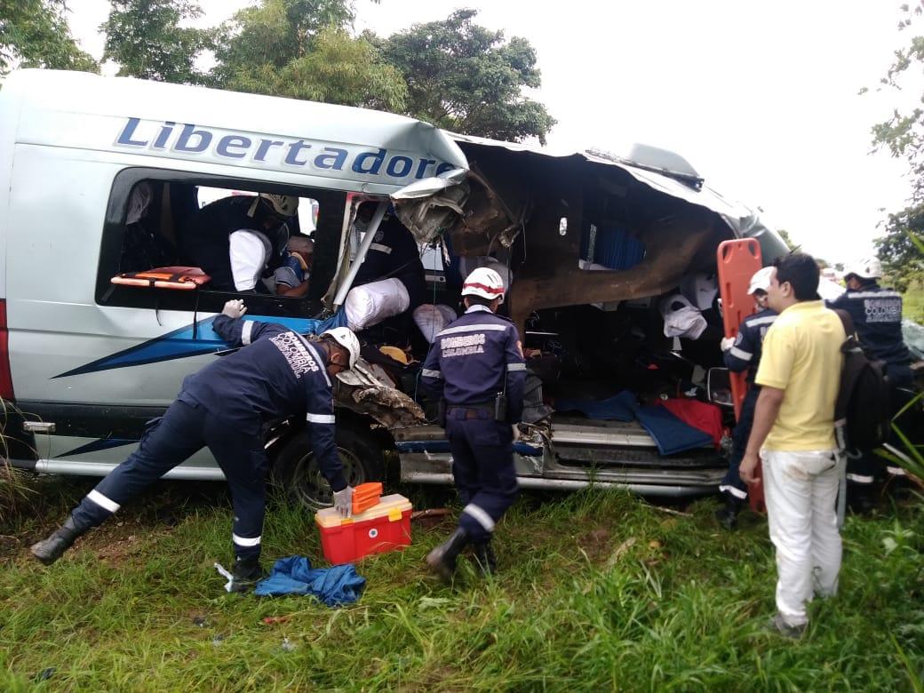 Una mujer muerta y cuatro heridos mas en accidente de buseta de los Libertadores en Aguazul