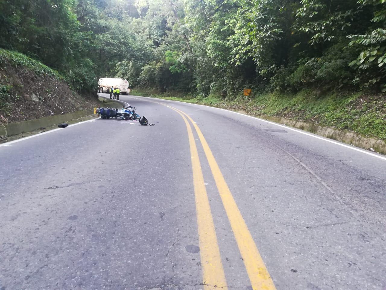 Dos lesionados en accidente de moto con tracto camión  en Yopal sector La Cabuya