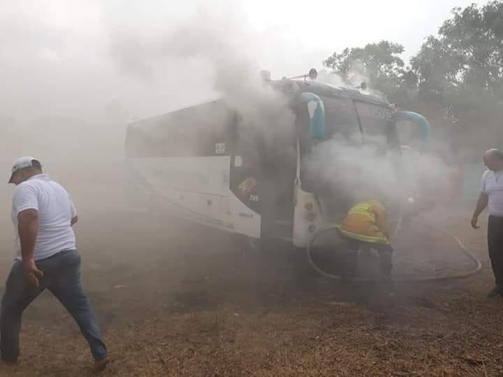 Se incendió  bus escolar en un parqueadero de Monterrey