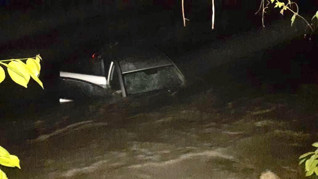 Automóvil salió de la vía y se fue al río Pauto