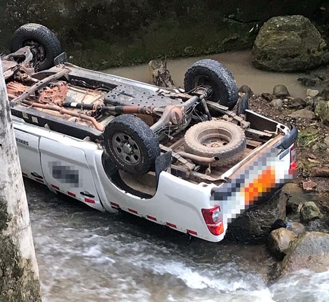 Camioneta se va a la quebrada La Palmiche en Aguazul