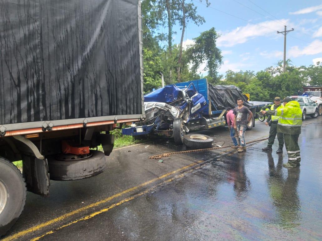 Accidente de dos camiones deja conductor lesionado en Vía Yopal Paz de Ariporo