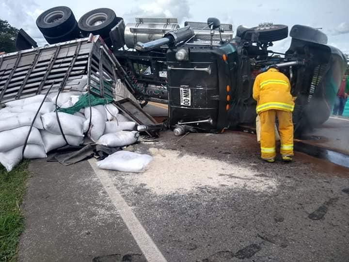 Tracto camión cargado con arroz se vuelca en via Yopal  Aguazul