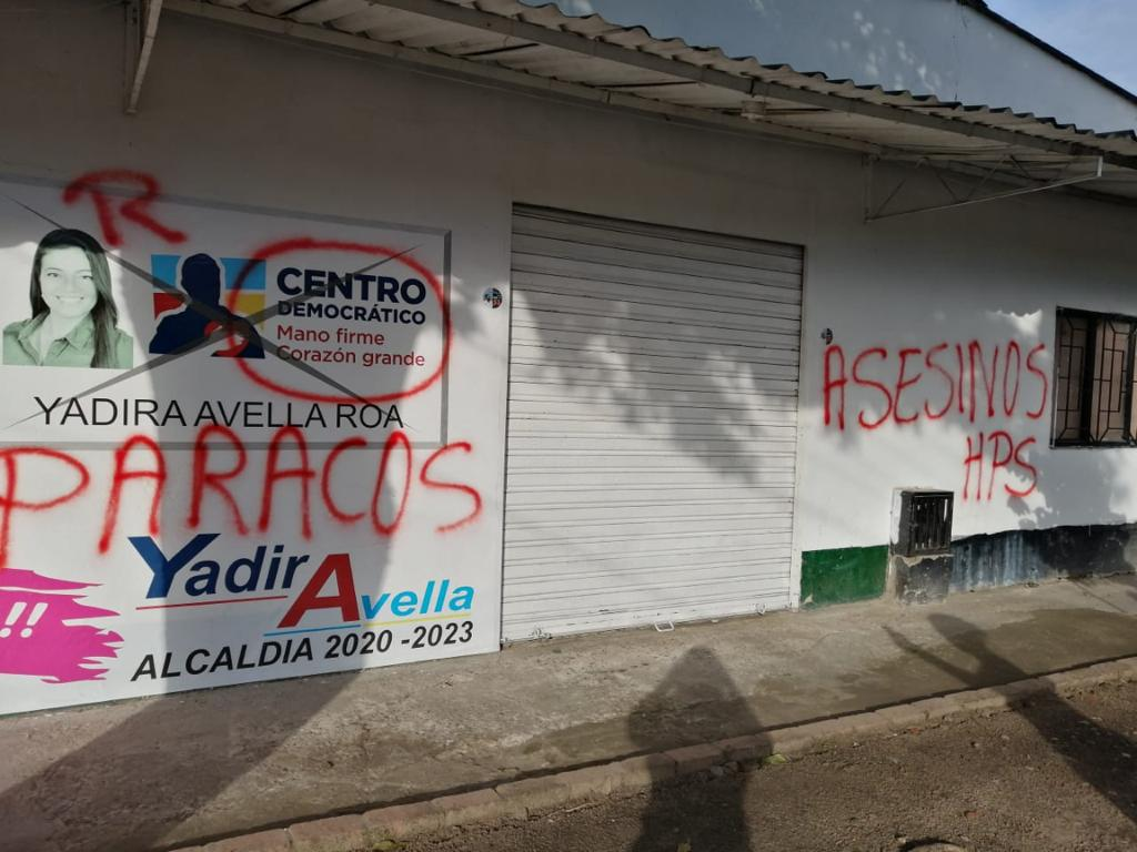 Con letreros insultantes vándalos atacan sede de Yadira Avella en Aguazul