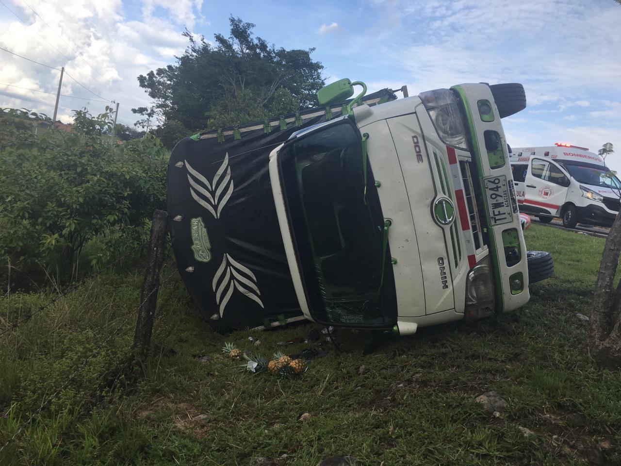 Buseta de transporte publico se volcó en via Monterrey Tauramena