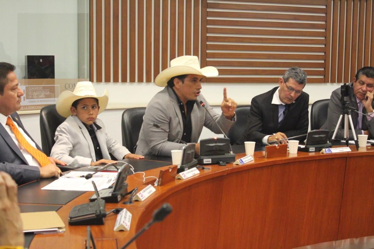 Unitrópico Pública: llamado de atención de Alirio Barrera en el Congreso