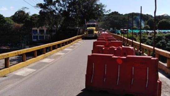 Tránsito normal sobre el puente del río Túa en vía Monterrey Villanueva