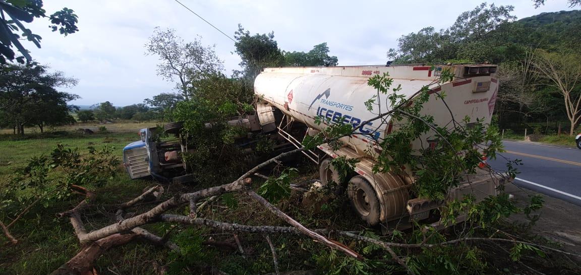 Accidente de tracto camión en vía Monterrey Villanueva